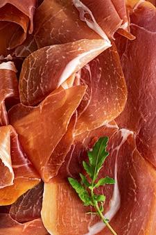 Włoska szynka prosciutto crudo lub szynka parmeńska flatlay