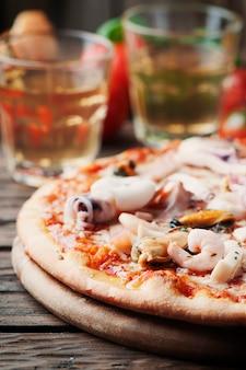 Włoska tradycyjna pizza z owocami morza