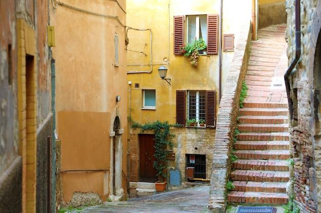 Włoska ulica ze schodami w perugii we włoszech
