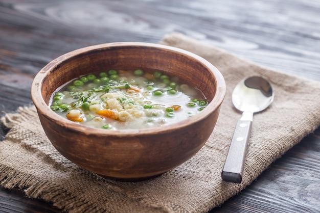 Włoska zupa z makaronem z kurczaka z parmezanem