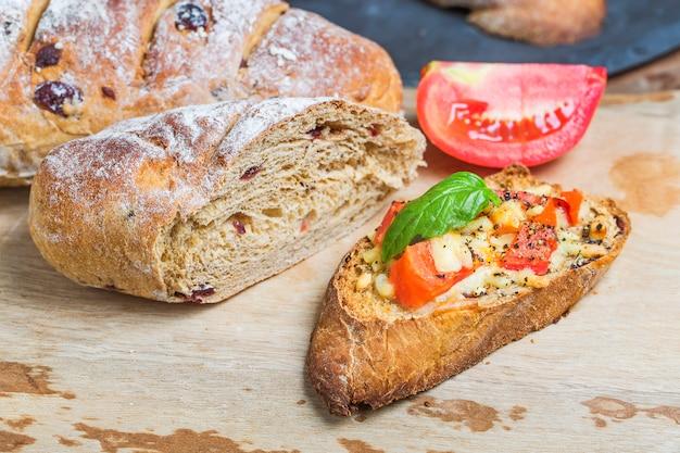 Włoski bruschetta z pieczonymi pomidorami, mozzarellą i