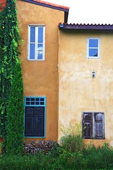 Włoski budynek z starą kolor żółty ścianą