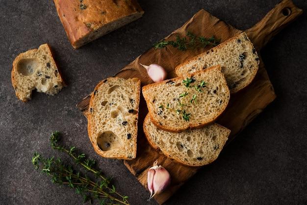 Włoski chleb ciabatta z oliwkami i ziołami, widok z góry