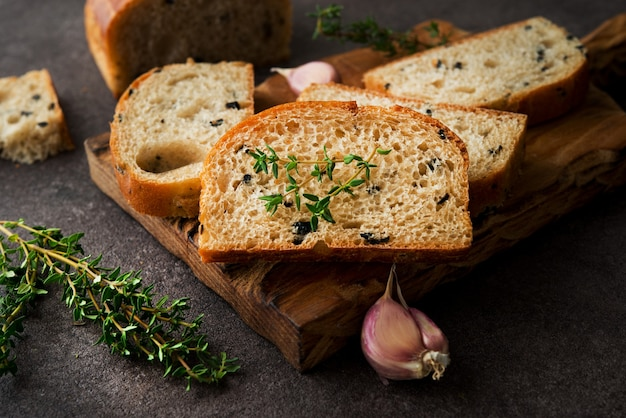 Włoski chleb ciabatta z oliwkami i ziołami, z bliska
