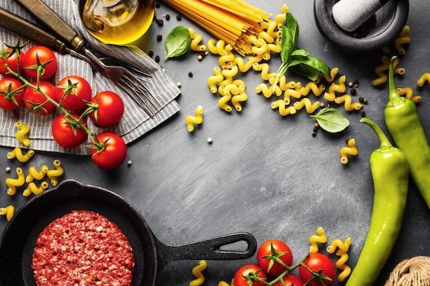Włoski karmowy tło z składnikami