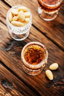 Włoski likier amaretto w szklankach