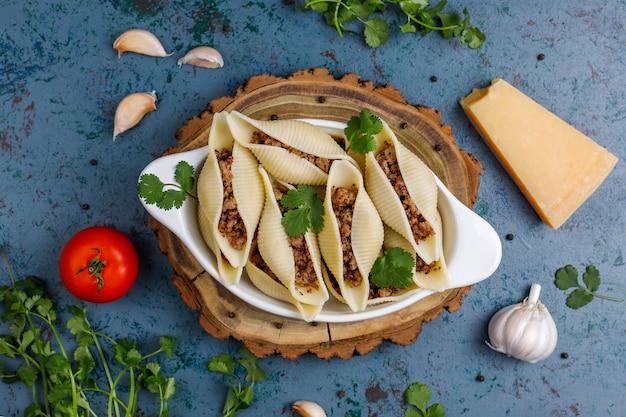 Włoski makaron conchiglioni rigati nadziewany mięsem.