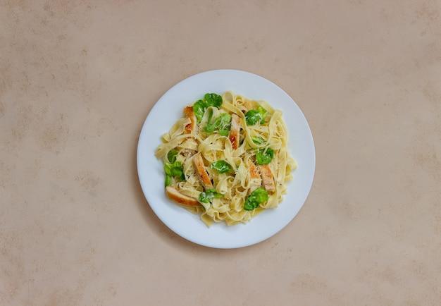 Włoski makaron fetuccini alfredo z kurczakiem. kuchnia narodowa. zdrowe odżywianie.