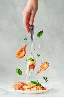 Włoski makaron linguine z krewetkami i ziołami.