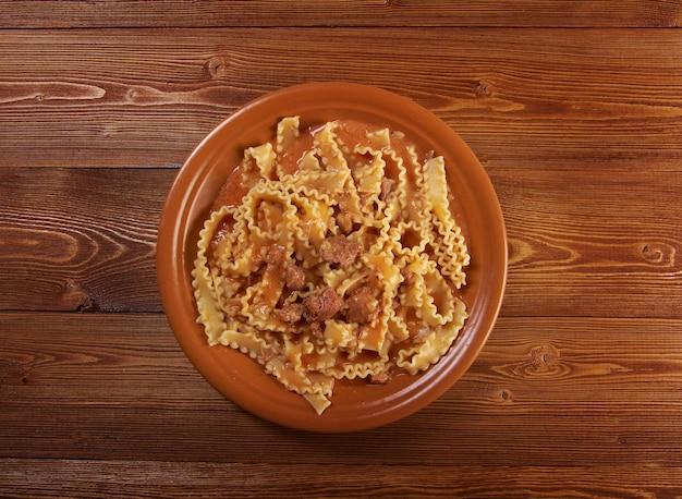 Włoski makaron mafalde z wołowiną, kwaśną śmietaną i sosem pomidorowym