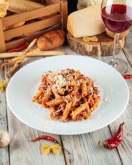 Włoski makaron penne z wołowiną bolońską i parmezanem