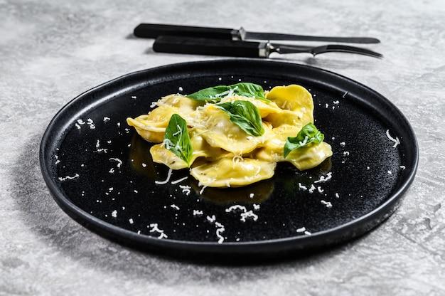 Włoski makaron ravioli z serem i bazylią
