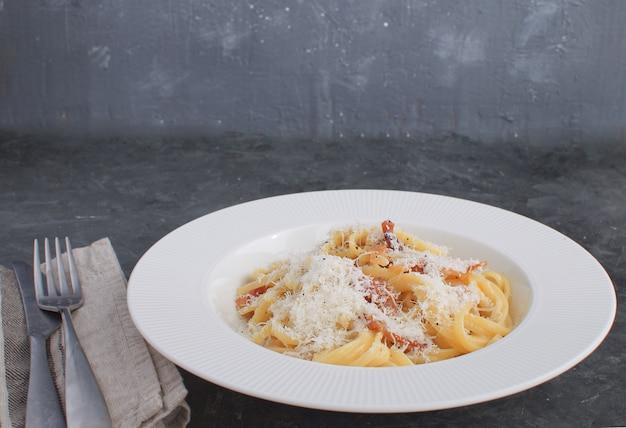 Włoski makaron spaghetti carbonara podany