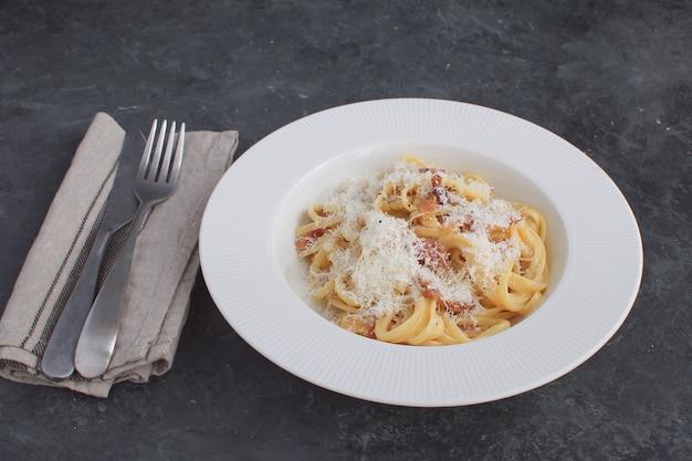 Włoski makaron spaghetti carbonara