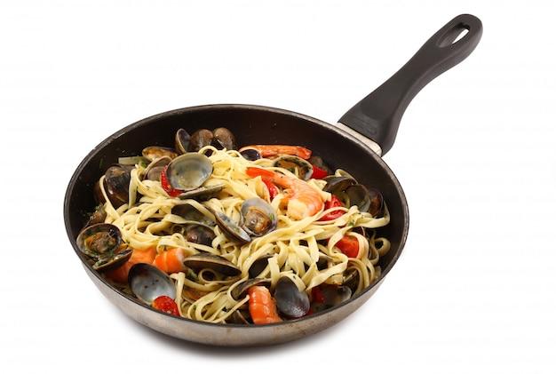 Włoski makaron z małżami i krewetkami