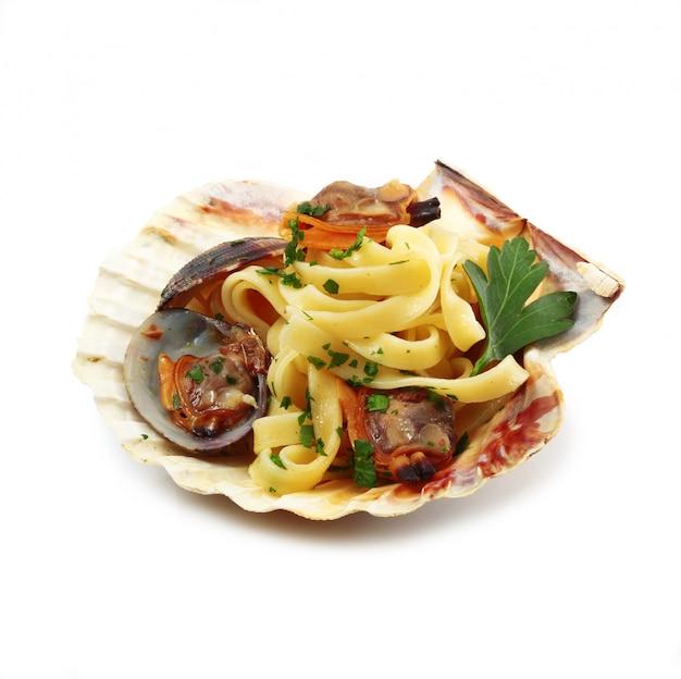 Włoski makaron z małżami w skorupce