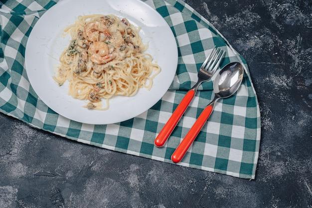 Włoski makaron z owocami morza i krewetkami królewskimi, spaghetti z sosem