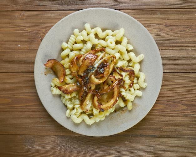 Włoski makaron z owocami morza z kalmarami