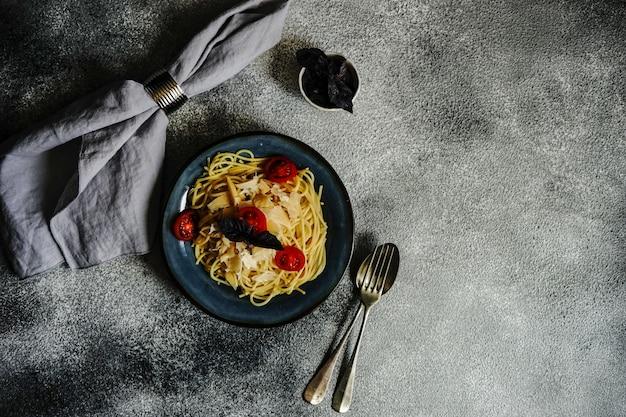 Włoski makaron z pomidorami koktajlowymi
