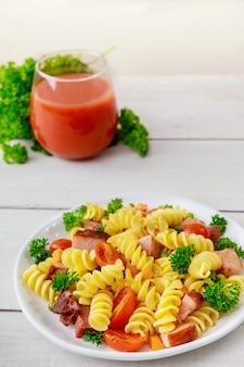 Włoski makaron z pszenicy durum rotini z sokiem pomidorowym. zdrowy posiłek.