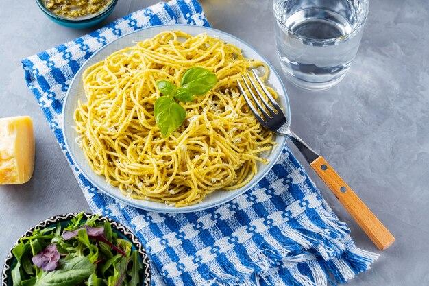 Włoski makaron z sosem pesto i mixem sałat z zieleniny. spaghetti z sosem pesto