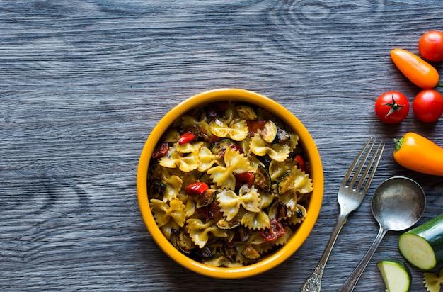 Włoski makaron z warzywami