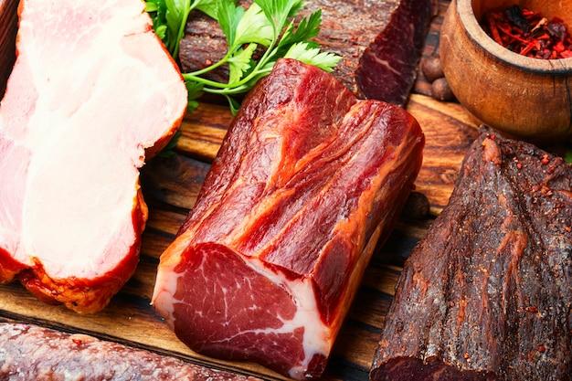 Włoski półmisek mięsny. wędliny i kiełbaski. zbliżenie, makro