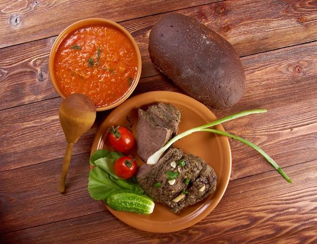 Włoski rustykalny obiad - zupa pomidorowa lub pappa al pomodoro z pieczoną wołowiną i warzywami z pieczywem po farmie