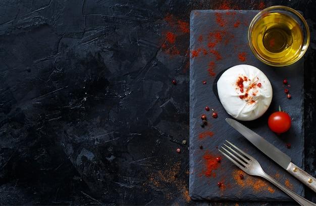 Włoski ser burrata, pomidory, przyprawy i oliwa z oliwek