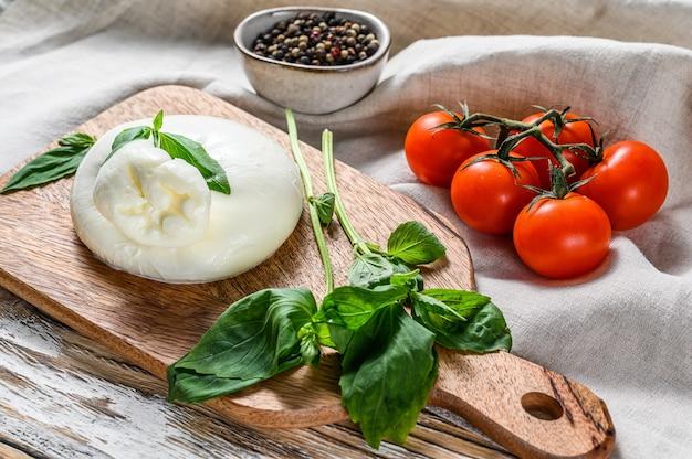 Włoski ser burrata z liśćmi bazylii