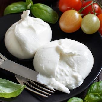 Włoski ser burrata z pomidorami i ziołami