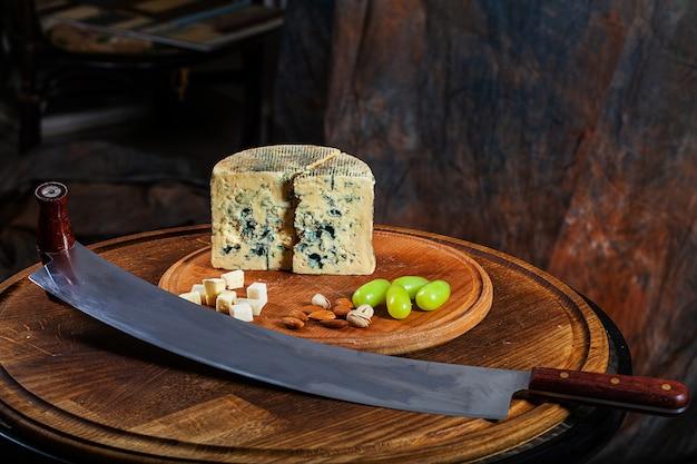 Włoski ser pleśniowy gorgonzola piccante, wytwarzany z nieskrępowanego mleka krowiego.