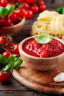 Włoski sos domowej roboty z pomidorami i bazylią
