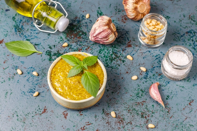 Włoski sos pesto bazyliowy z kulinarnymi składnikami do gotowania.