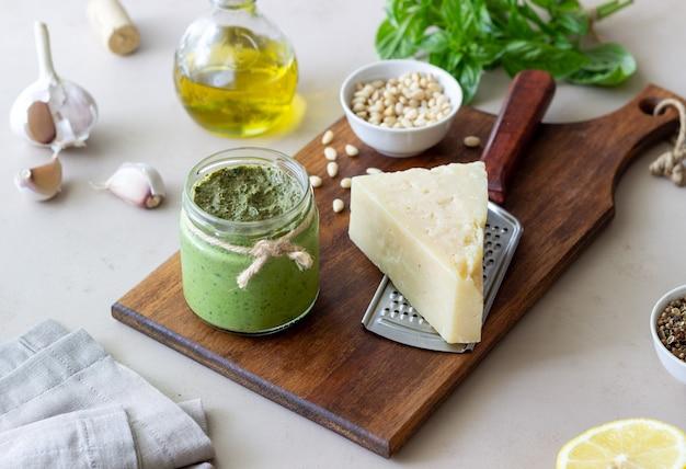 Włoski sos pesto na drewnianym tle. kuchnia narodowa. zdrowe odżywianie. jedzenie wegetariańskie.