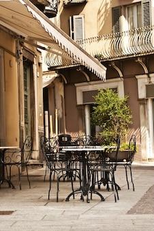 Włoski stół kawiarni na świeżym powietrzu na ulicy
