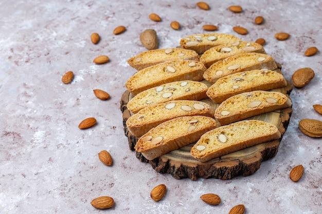 Włoski toskański tradycyjny ciastka cantuccini z migdałami, odgórny widok