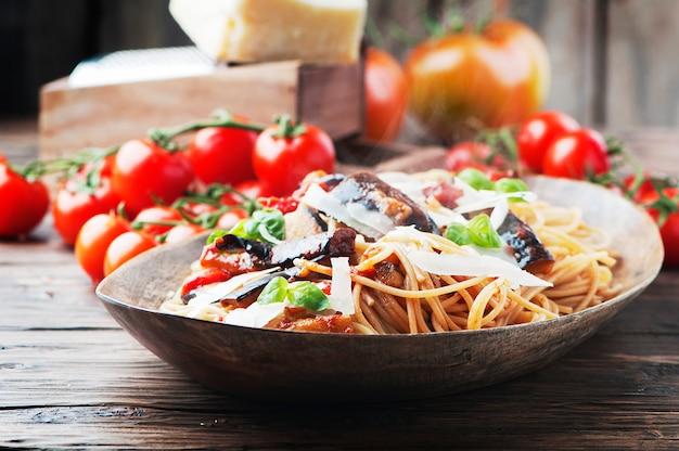 Włoski tradycyjny makaron z bakłażanem