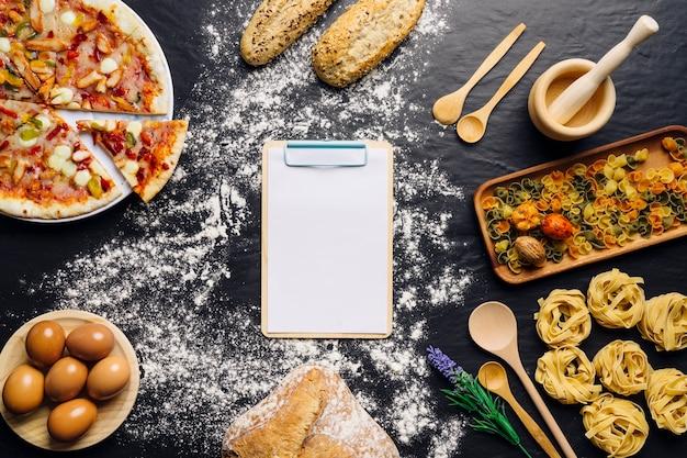 Włoski wystrój żywności z schowka w środku
