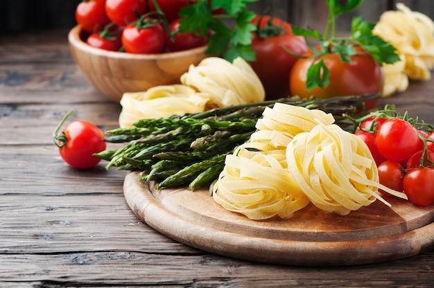 Włoski zdrowy makaron z surowymi szparagami