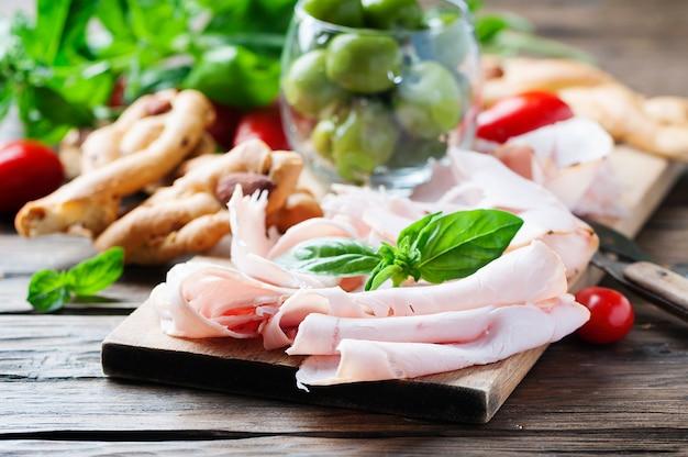 Włoskie antipasto z szynką kurczaka i chlebem