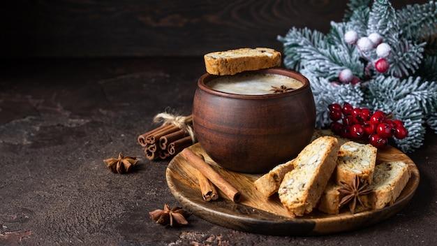 Włoskie biscotti z migdałami i rodzynkami oraz filiżanką kawy.