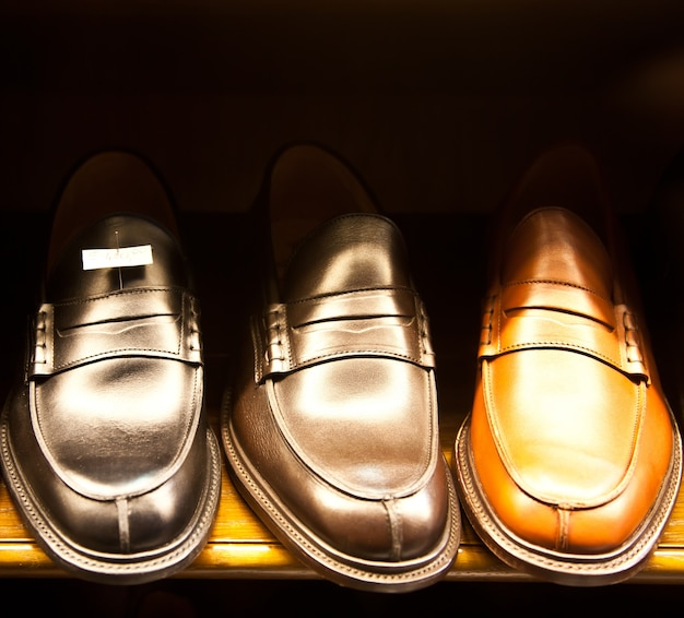 Włoskie Buty W Sklepie W Mediolanie, Niedaleko Via Montenapoleone Premium Zdjęcia
