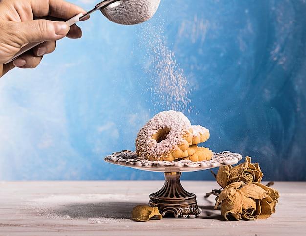 Włoskie canestrelli na stojaku na ciasto vintage