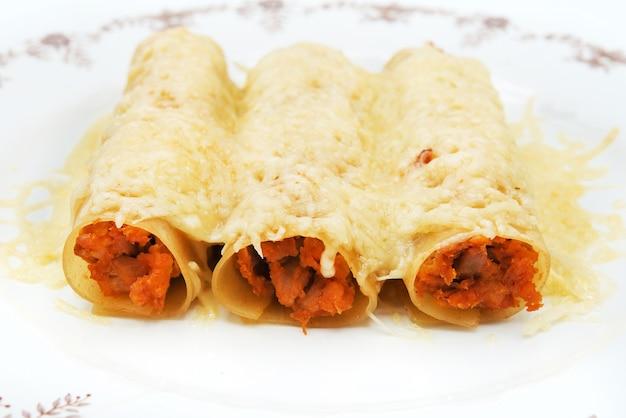 Włoskie cannelloni z wołowiną i serem
