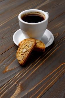 Włoskie cantuccini ciastko z migdałowym nadzieniem na drewnianym stole