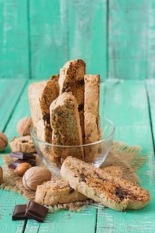 Włoskie ciasteczka biscotti z orzechami i kawałkami czekolady