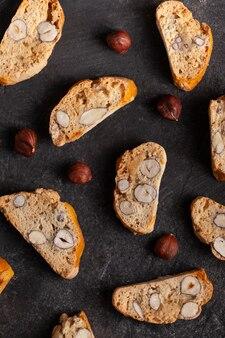 Włoskie ciasteczka cantuccini na betonowym stole
