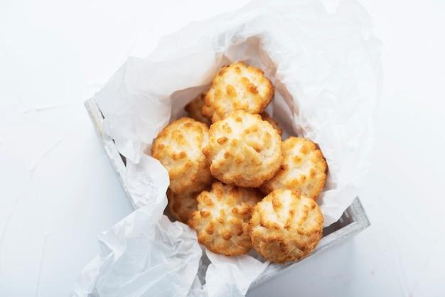 Włoskie ciasteczka kokosowe wewnątrz pudełka