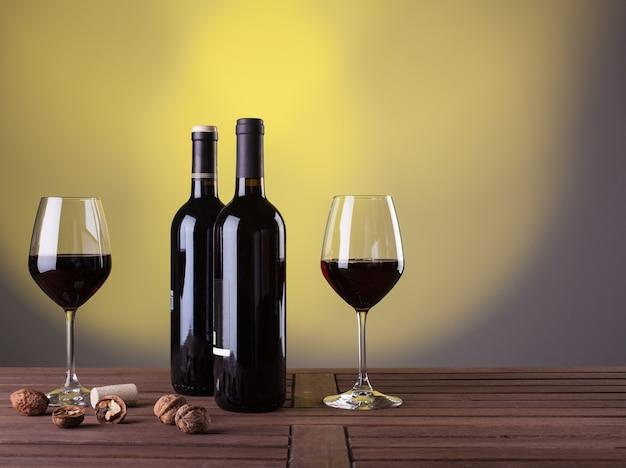 Włoskie czerwone wino i orzechy na stole